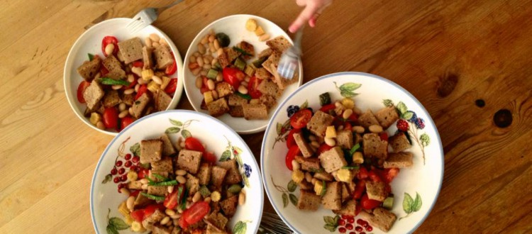 Brotsalat 1 mit Kinderhand_fertig